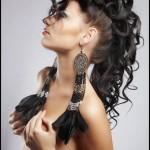 Девушка в длинными индейскими серёжками, руки закрывают грудь