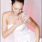 Девушка в образе невесты полу сидя на полу, рука на плече