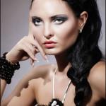 Готический образ девушки, рука у лица
