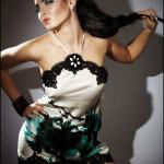 Девушка в коротком платье, рука на поясе