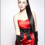 Девушка в красном платье и чёрных перчатках